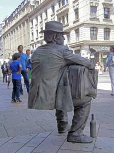 Homme Statue assis sans chaise, comment fait il ? P7030017m-224x300
